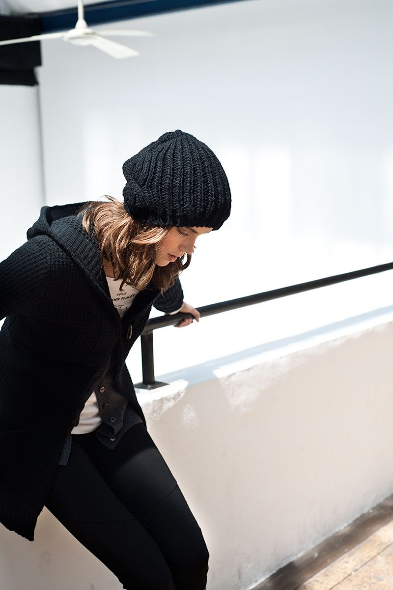 Modefotografie: Model lehnt an Geländerbrüstung und posiert für Fashion Photoshoot. |Felix Krammer Fotografie