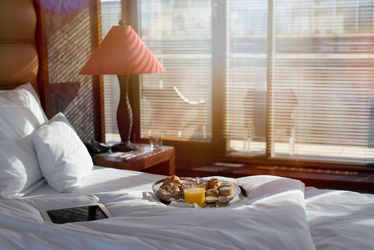Anna Hotel Interieur- und Hotelfotografie: Bett mit Frühstück |Felix Krammer Fotografie