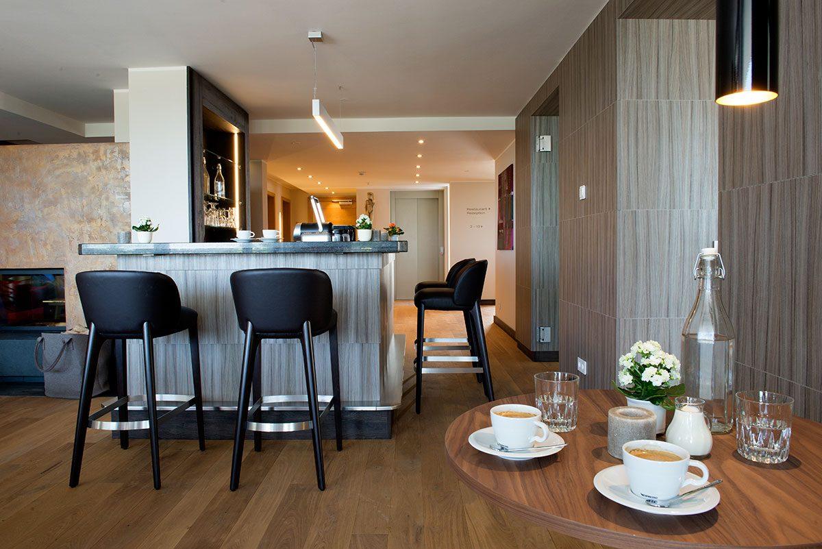 Hotelfotografie Hotel Alpenblick mit Bar und Cafétisch |Felix Krammer Fotografie