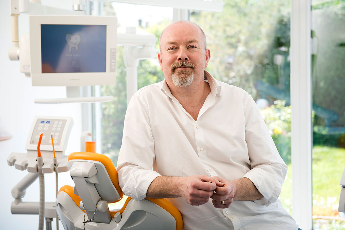 Zahnarztpraxis Fotografie mit Zahnarzt Markus Buchmaier in Behandlungsraum |Felix Krammer Fotografie