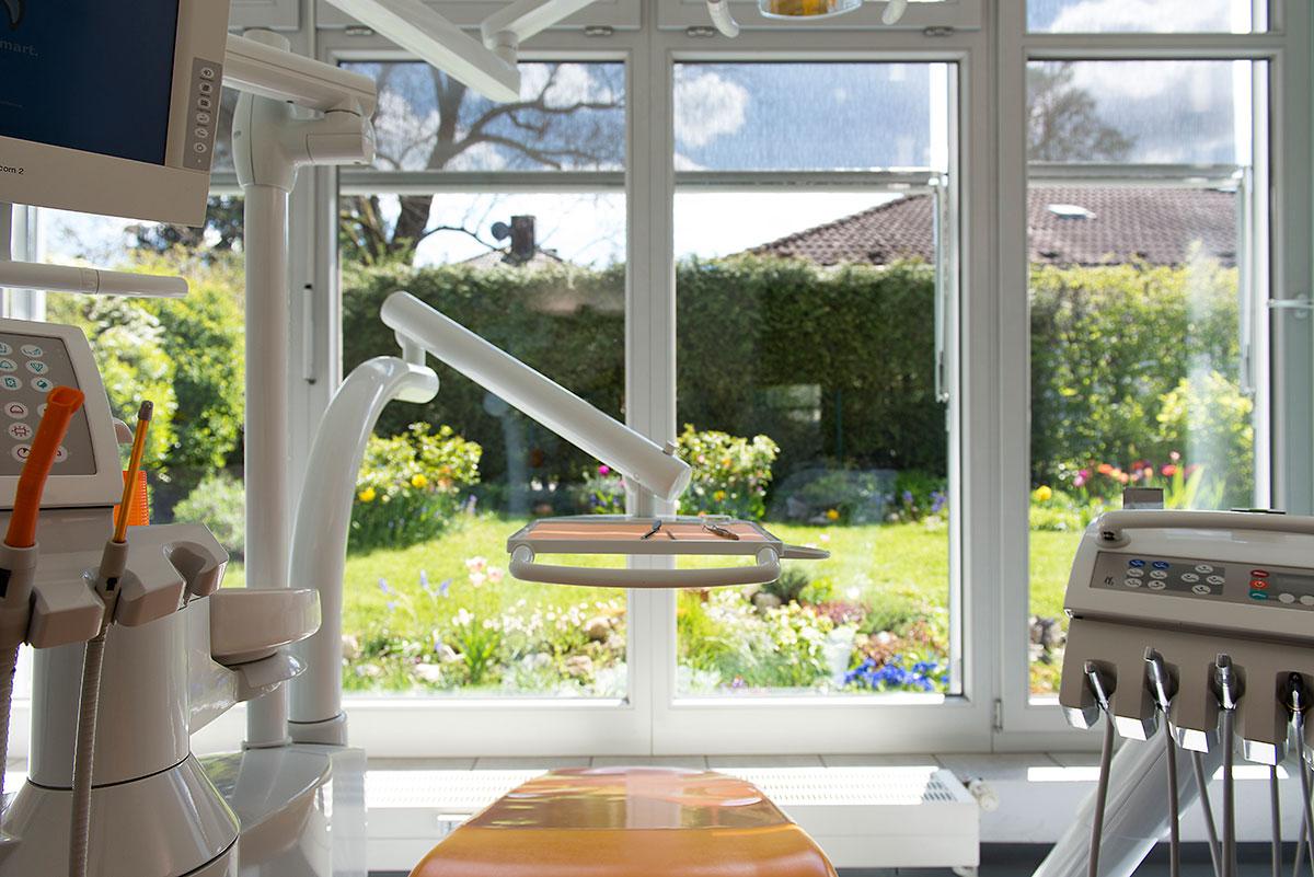 Zahnarztpraxis Fotoaufnahme vom Behandlungszimmer mit Blick in den Garten |Felix Krammer Fotografie