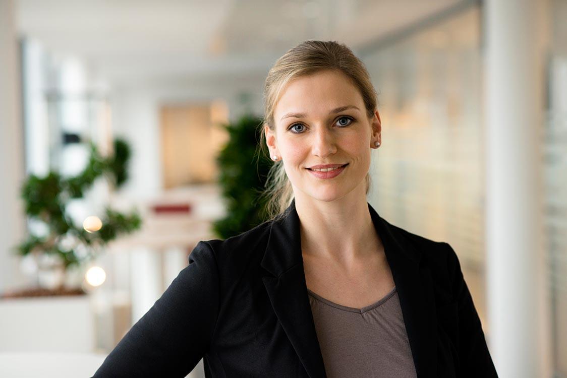 Businessfotografie - Portraitfotografie einer Mitarbeiterin |Felix Krammer Fotografie