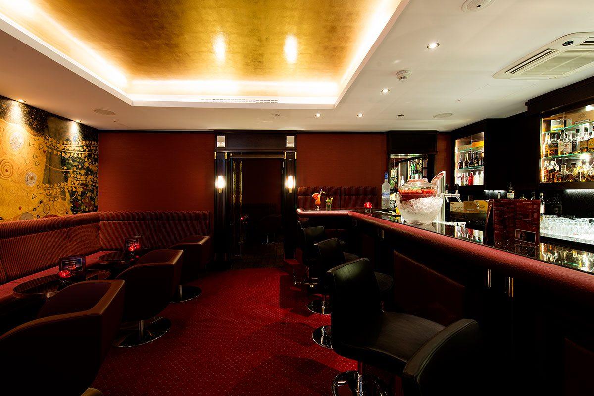 Hotelfotografie mit roter Bar |Felix Krammer Fotografie