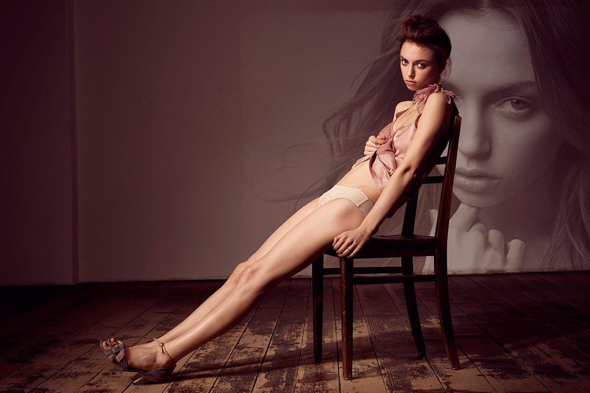Fashion Fotografie, Model sitzt auf einem Stuhl |Felix Krammer Fotografie