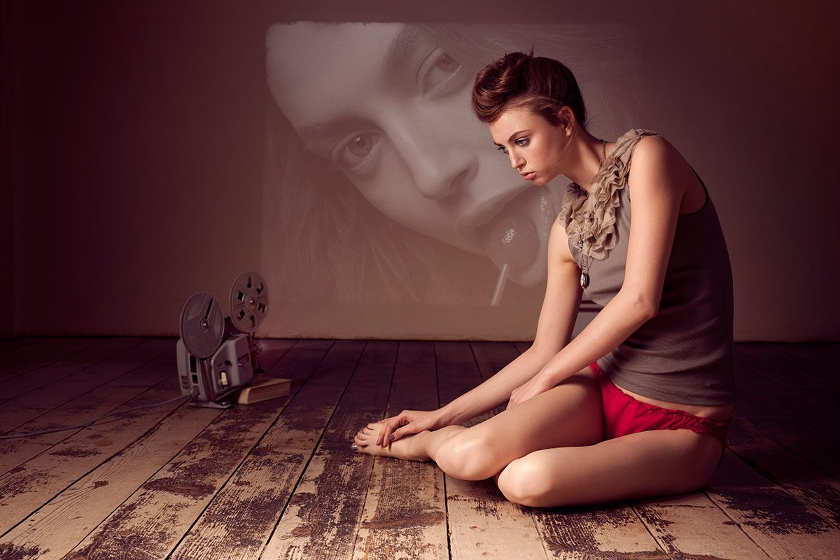 Fashion Fotografie, Model mit Filmprojektor sitzt auf dem Boden |Felix Krammer Fotografie
