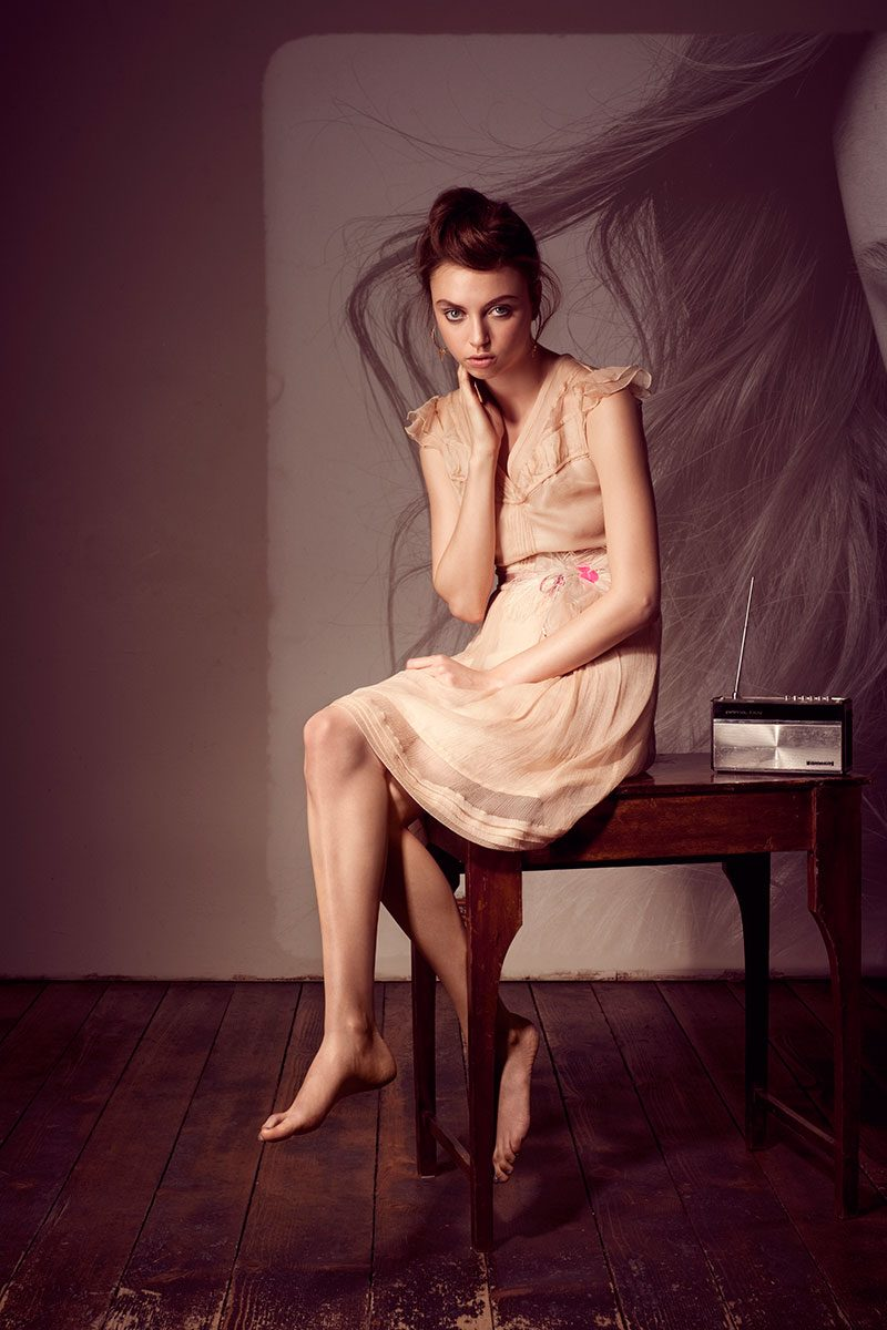Fashion Photography with model sitting on a table |Felix Krammer Fotografie