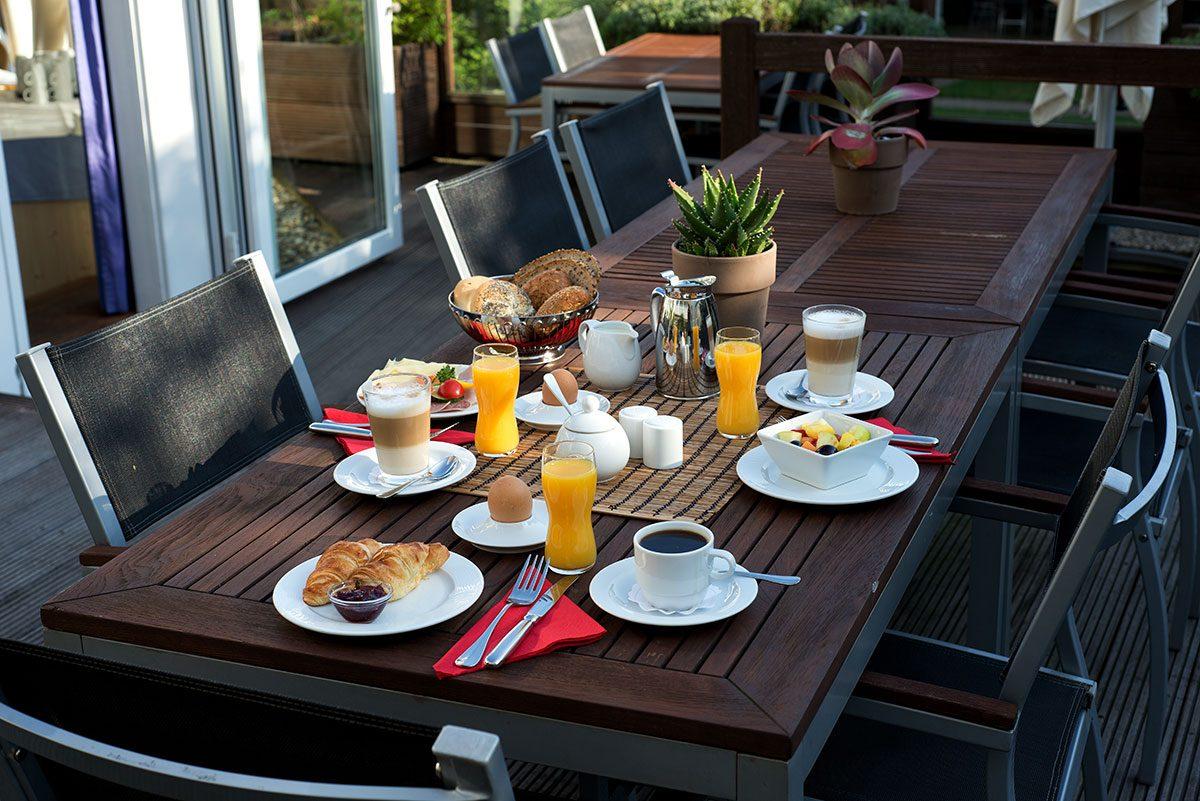 Hotelfotografie mit eingedecktem Tisch mit Frühstück auf der Terrasse |Felix Krammer Fotografie