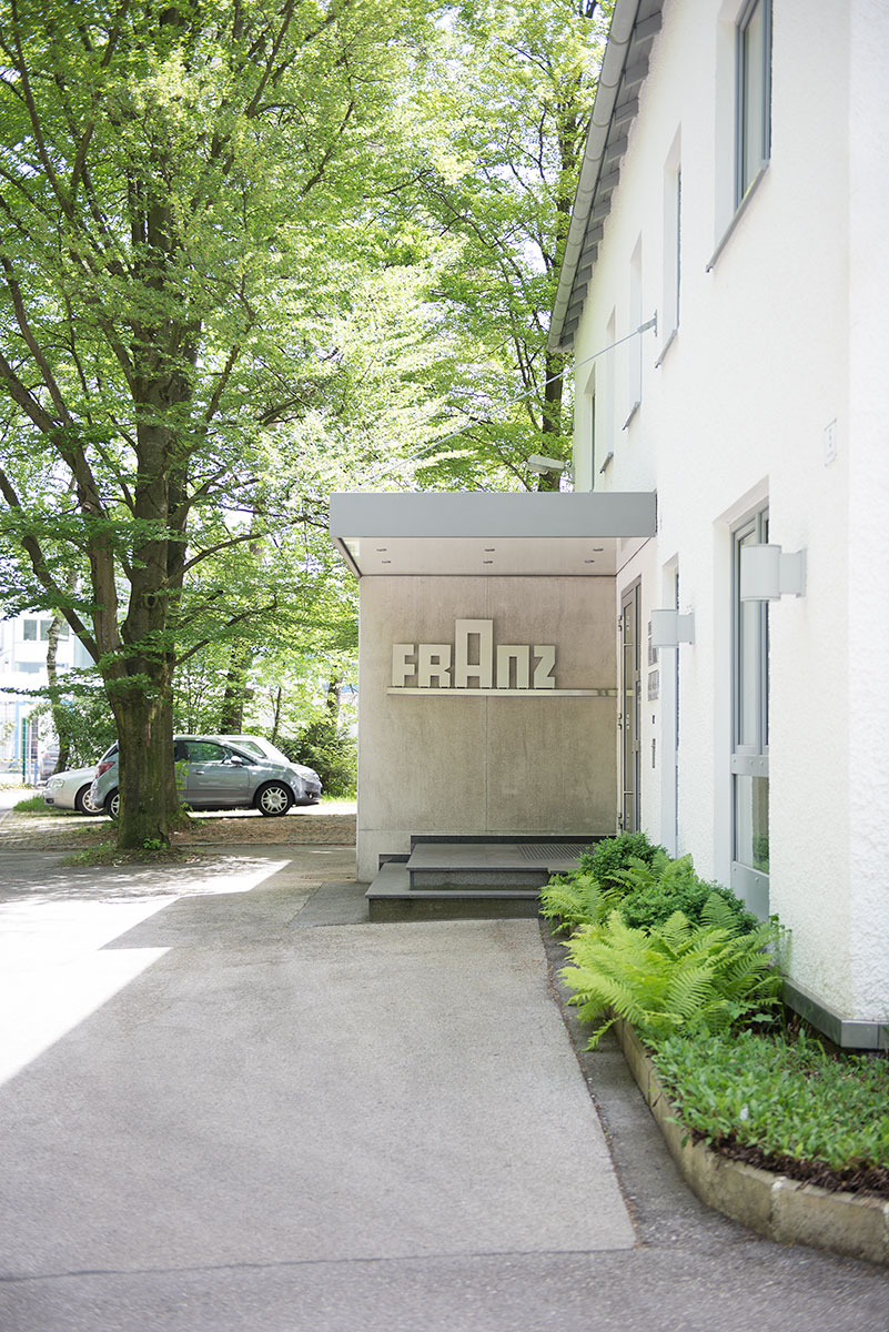 Industriefotografie bei Franz Oberflächentechnik Außenansicht Eingangsbereich |Felix Krammer Fotografie