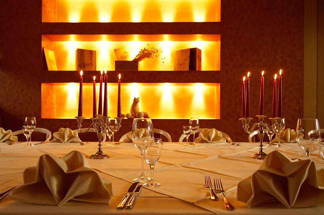 Hotelfotografie mit eingedecktem Tisch bei Kerzenlicht |Felix Krammer Fotografie