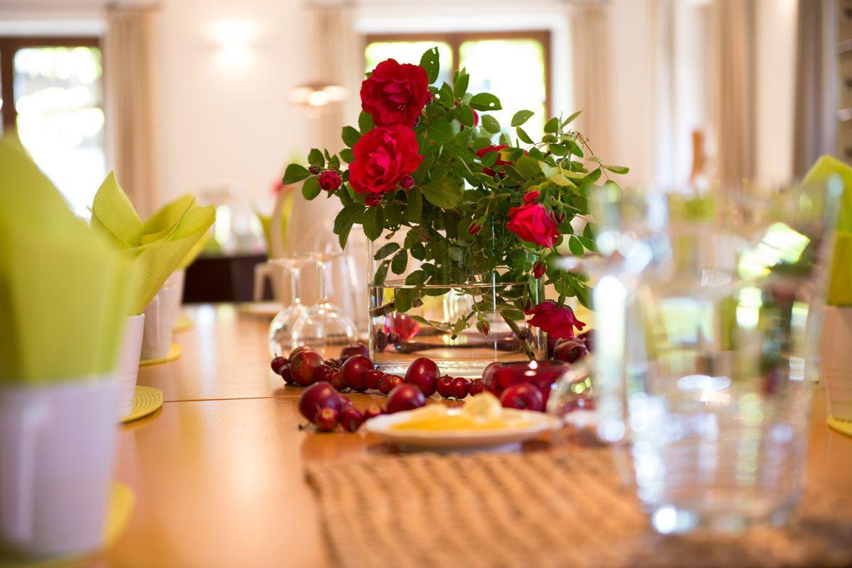 Interieur Fotografie Tische mit Rosen |Felix Krammer Fotografie