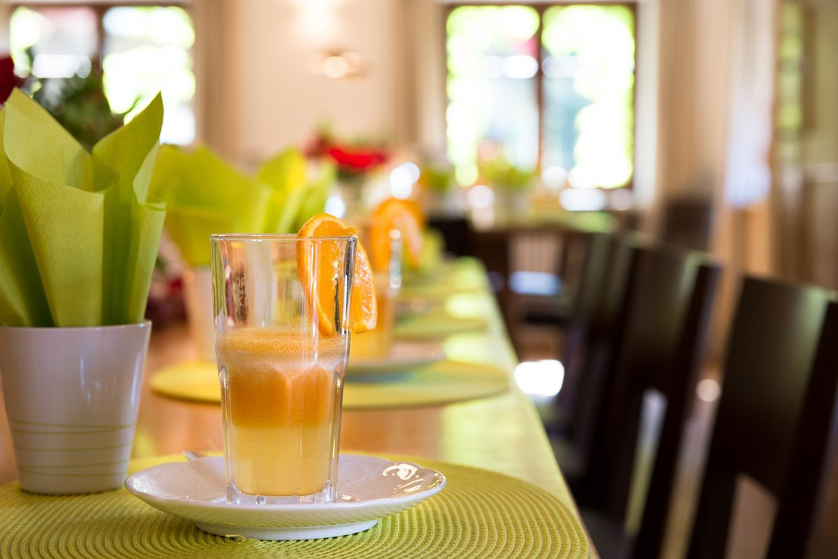 Interieurfotografie Tisch mit Saft |Felix Krammer Fotografie