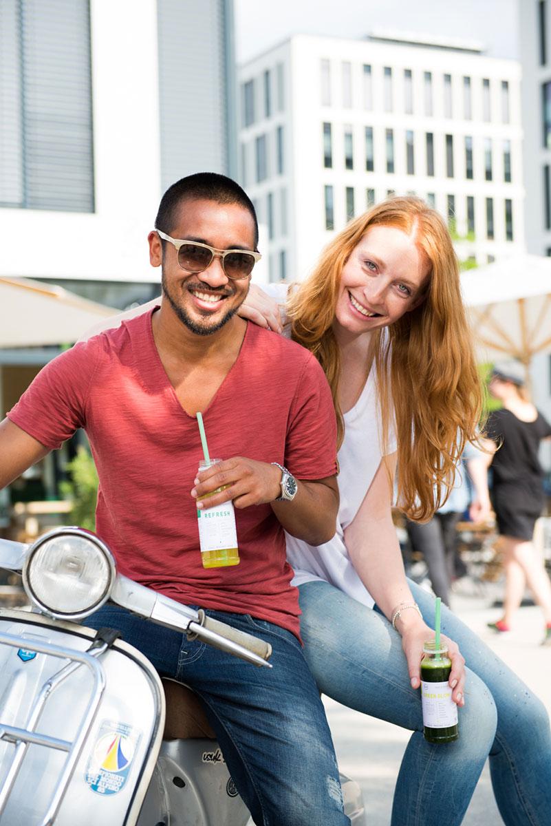 Werbefotografie für Dean & David: Mann und Frau auf Vespa mit Getränk in der Hand. |Felix Krammer Fotografie
