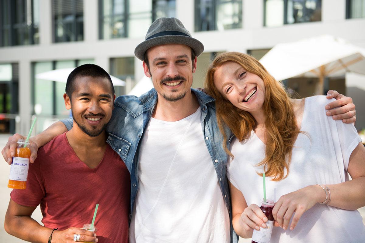 Werbefotografie für Dean & David: drei Personen lachend mit Getränk in der Hand. |Felix Krammer Fotografie