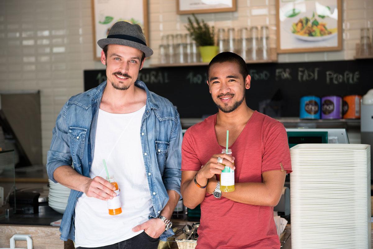 Werbefotografie von zwei jungen Männer mit Getränk in der Hand an der Theke bei Dean & David. |Felix Krammer Fotografie