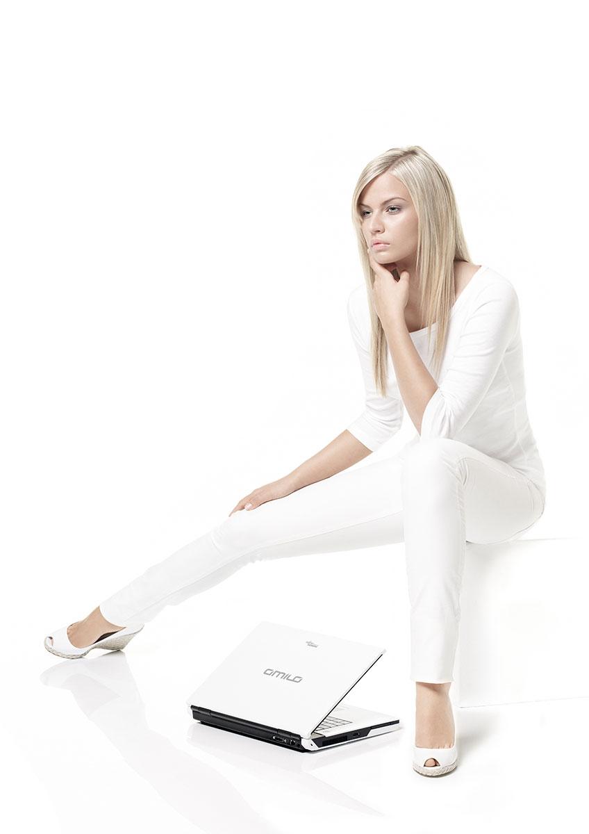 Frau sitzend mit Notebook – Werbefotografie für Fujitsu Siemens Computers. |Felix Krammer Fotografie