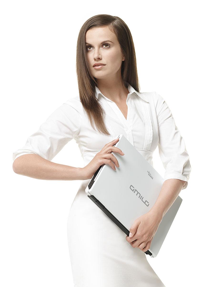 Werbefotografie mit Model und Notebook |Felix Krammer Fotografie