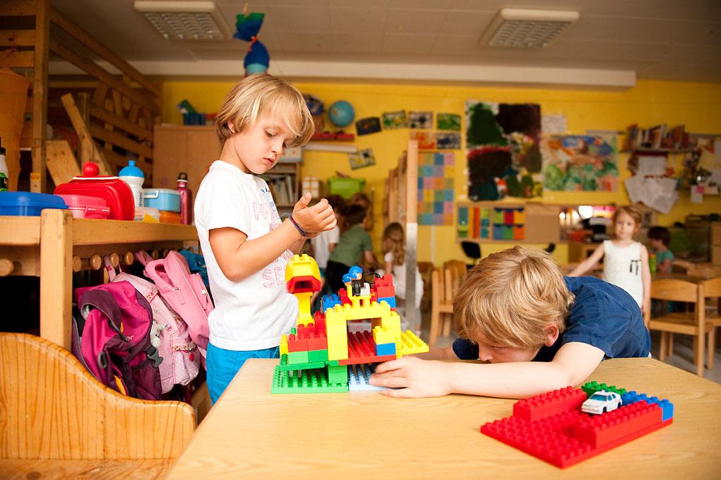 Kindergartenfotografie von 2 Jungen in Kita beim Spielen mit Lego. |Felix Krammer Fotografie