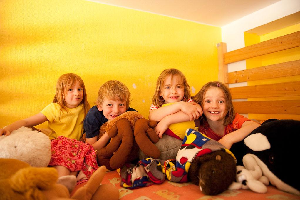 Kinderfotografie von 4 Kindern mit Stofftieren im Kindergarten. |Felix Krammer Fotografie