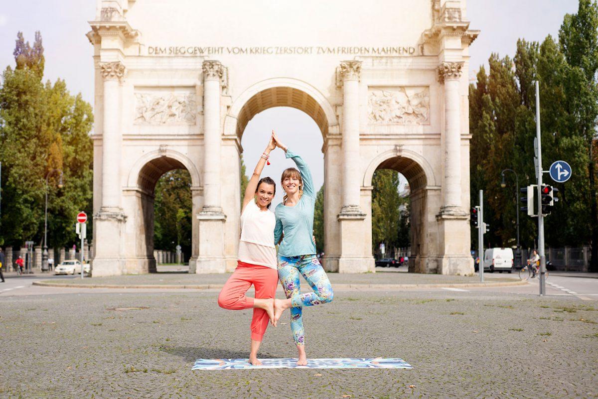 2 Yoginis in Vriksasana vor dem Siegestor, fotografiert für das Yoga Journal |Felix Krammer Fotografie