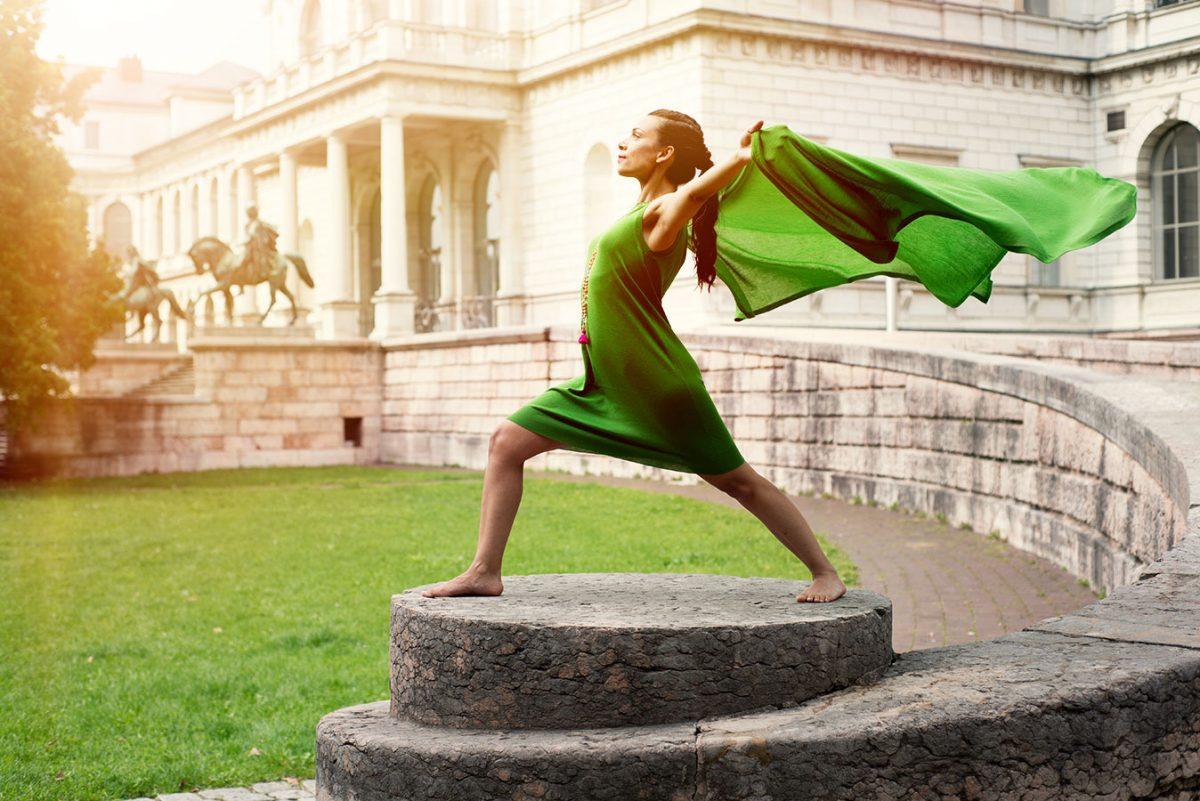 Yoga Fotografie mit Yogini in Krieger 1 Haltung vor der Akademie der Künste |Felix Krammer Fotografie
