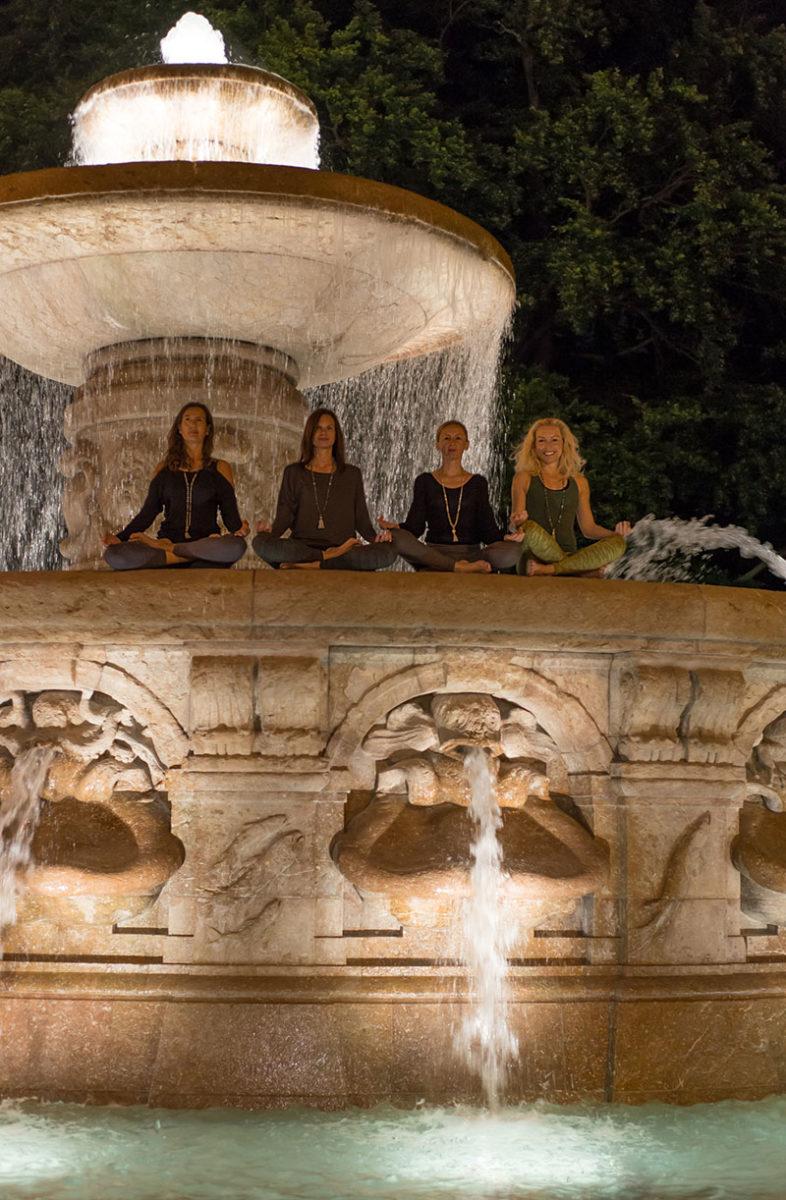 4 Yoginis im Meditationssitz auf Brunnenrand des Wittelsbacher Brunnen, Pressebild für die lange Nacht des Yoga  Felix Krammer Fotografie