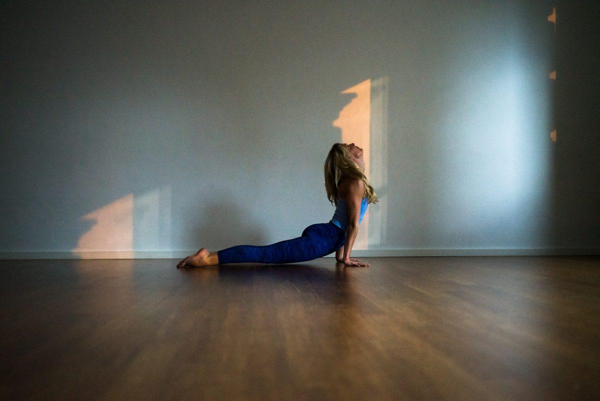 Yogafotografie von Yogalehrerin Dr. Alexandra Kleiner in Urdhva Mukha Svanasana |Felix Krammer Fotografie