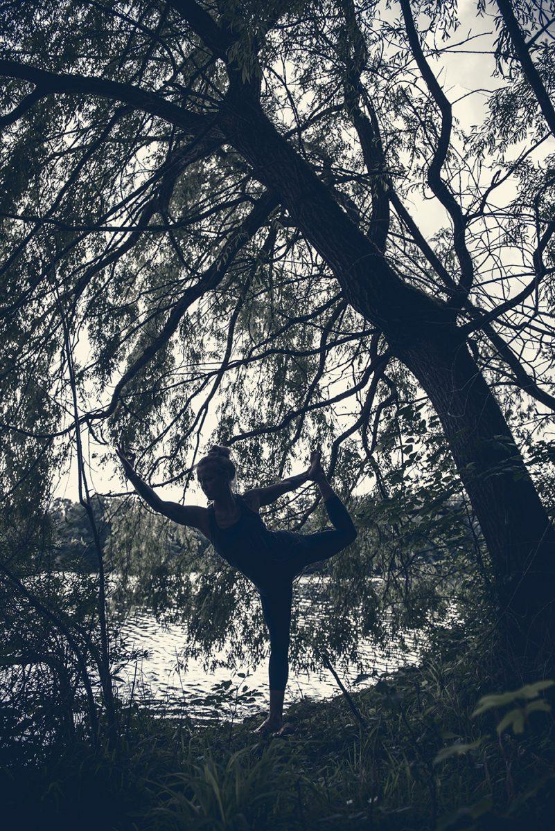 Yogafotografie von Yogalehrerin Stine Matthes in Yogahaltung am See |Felix Krammer Fotografie