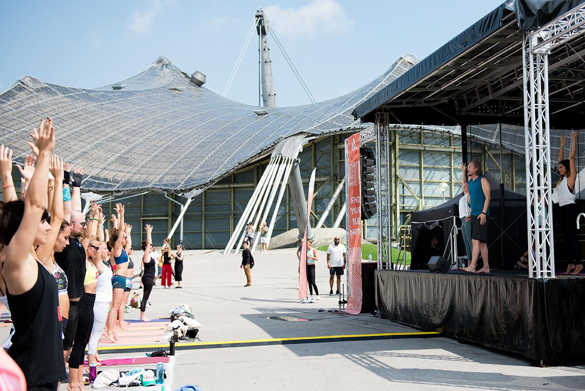 Dr. Patrick Broome unterrichtet Yoga auf dem Wanderlust Festival 2018 im Olympiapark München |Felix Krammer Fotografie