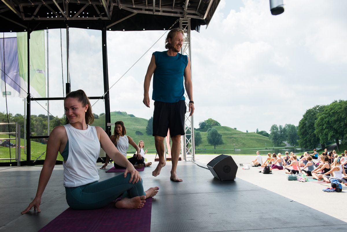 Yogafotografie von Dr. Patrick Broome auf einer Bühne. |Felix Krammer Fotografie