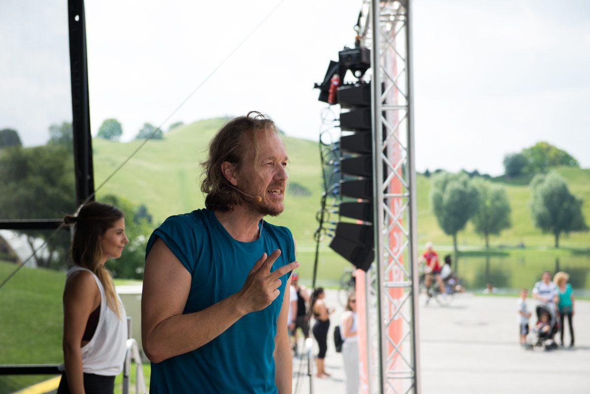 Yogafotografie von Dr. Patrick Broome auf der Bühne |Felix Krammer Fotografie