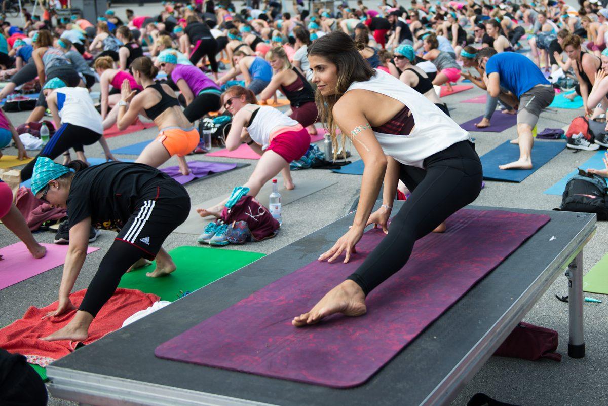 Yogafotografie von Yogalehrerin Selen Erman auf Podest zwischen übenden Teilnehmern |Felix Krammer Fotografie