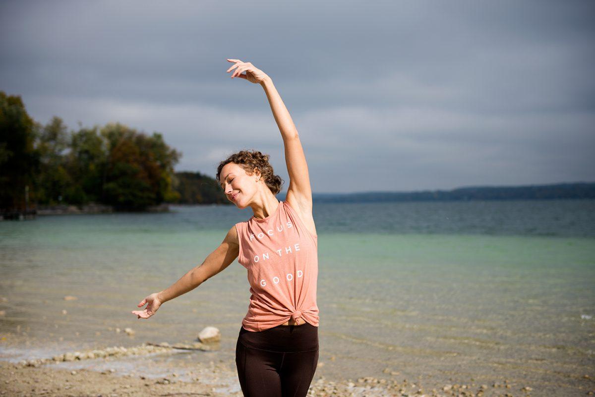 Yogafotografie von Yogalehrerin Ranja Weis am Ufer des Starnberger Sees. |Felix Krammer Fotografie