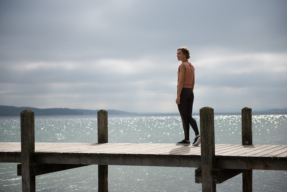 Yogafotografie von Ranja Weis auf einem Steg am Starnberger See. |Felix Krammer Fotografie