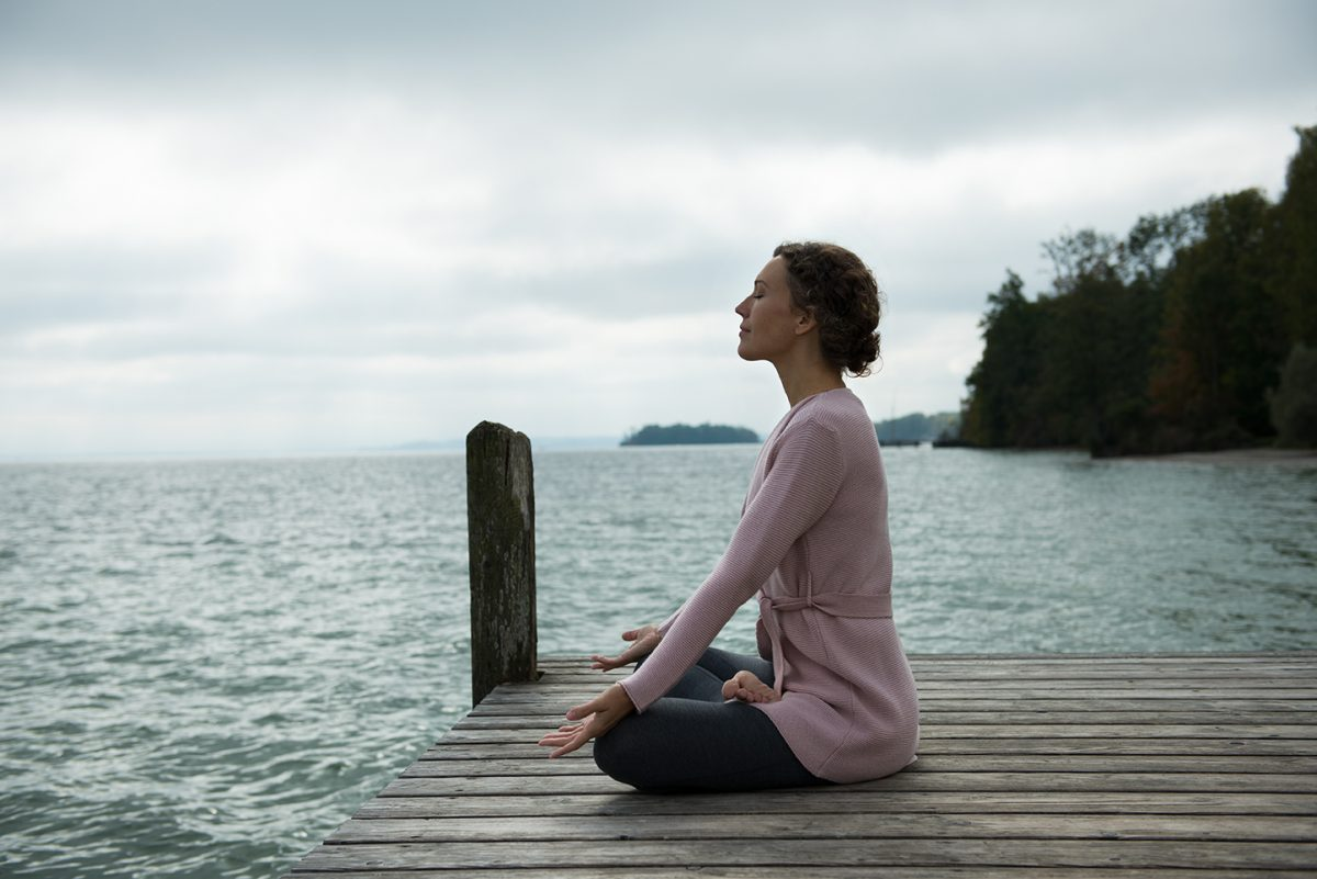 Yogafotografie von Ranja Weis meditiert auf Steg |Felix Krammer Fotografie