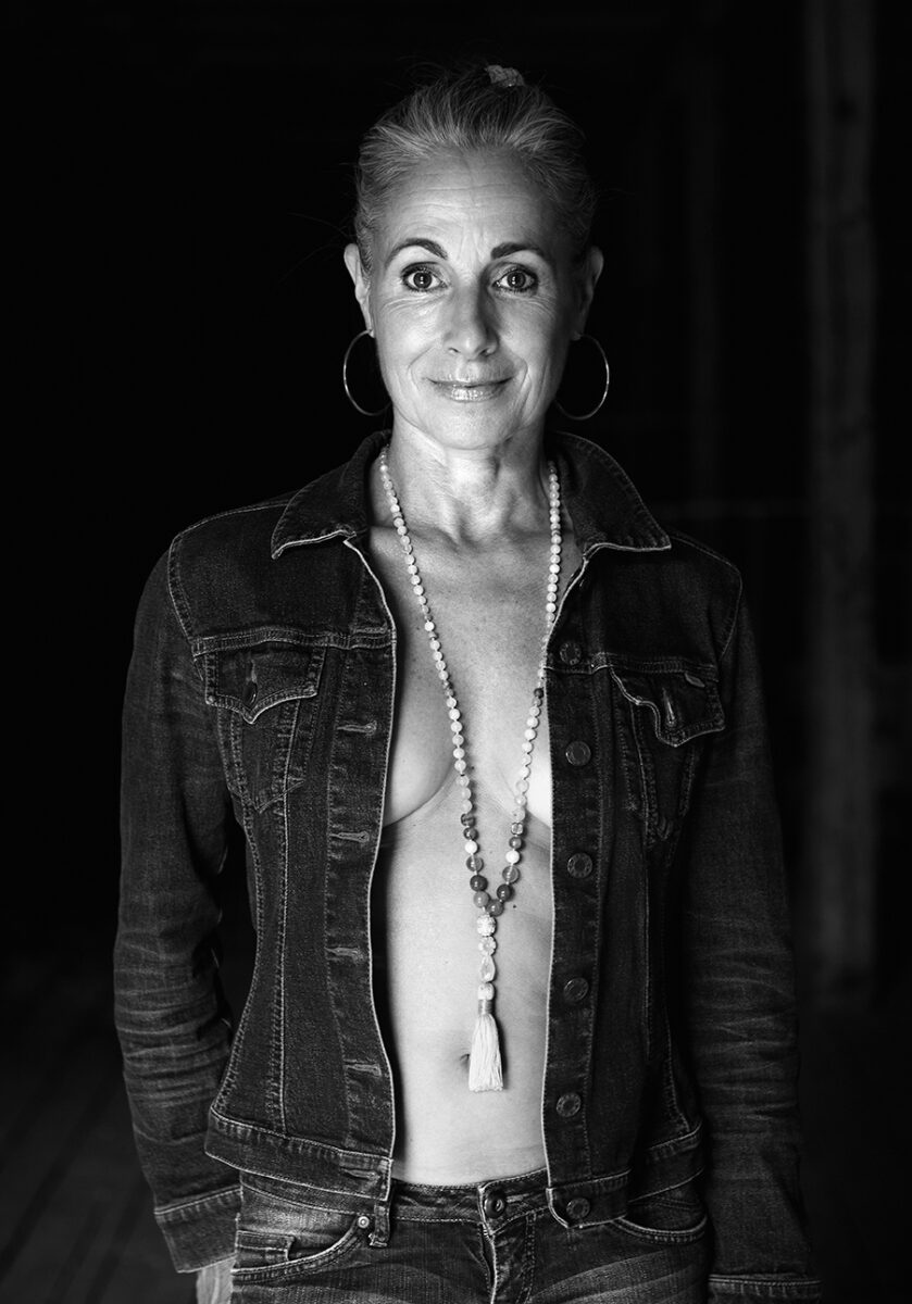 Schwarzweiss Portrait der Yogalehrerin und Autorin Barbara Decker. |Felix Krammer Fotografie