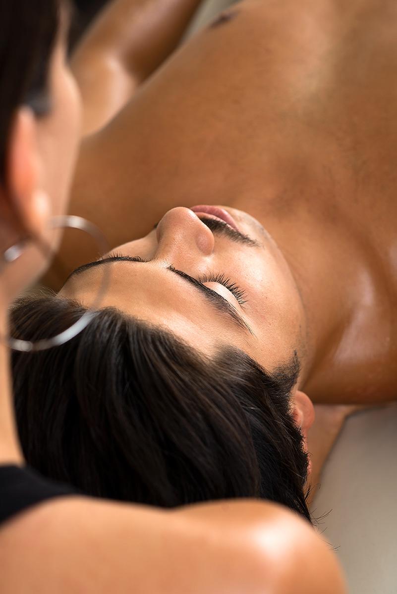 Firmenportrait von Marija Saric beim einer Nackenmassage. |Felix Krammer Fotografie