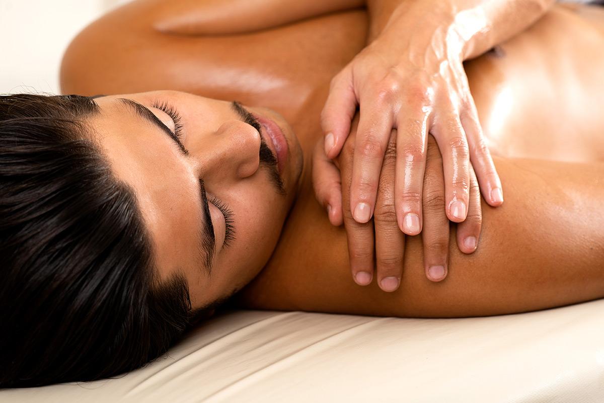 Firmenportrait Majra Massage. Nahaufnahme einer Hand auf Schulter bei der einer Massage. |Felix Krammer Fotografie
