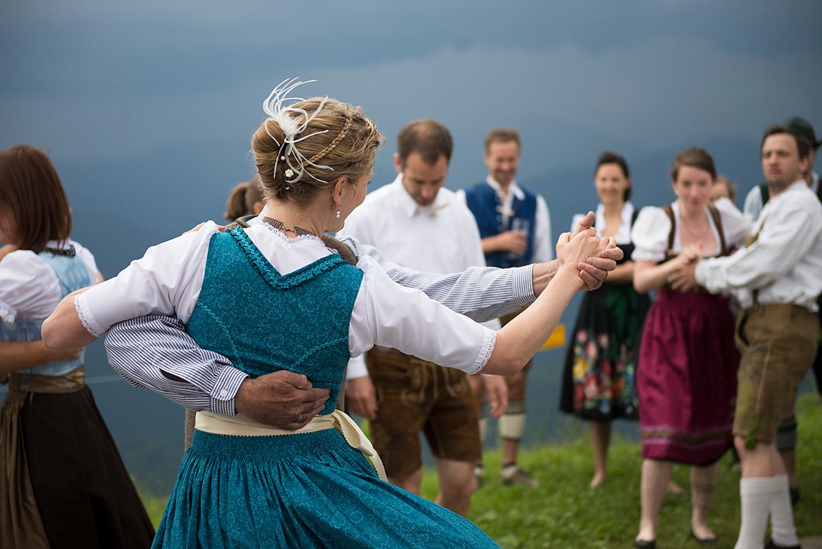 Berghochzeit beim Tanz in Trachten |Felix Krammer Fotografie