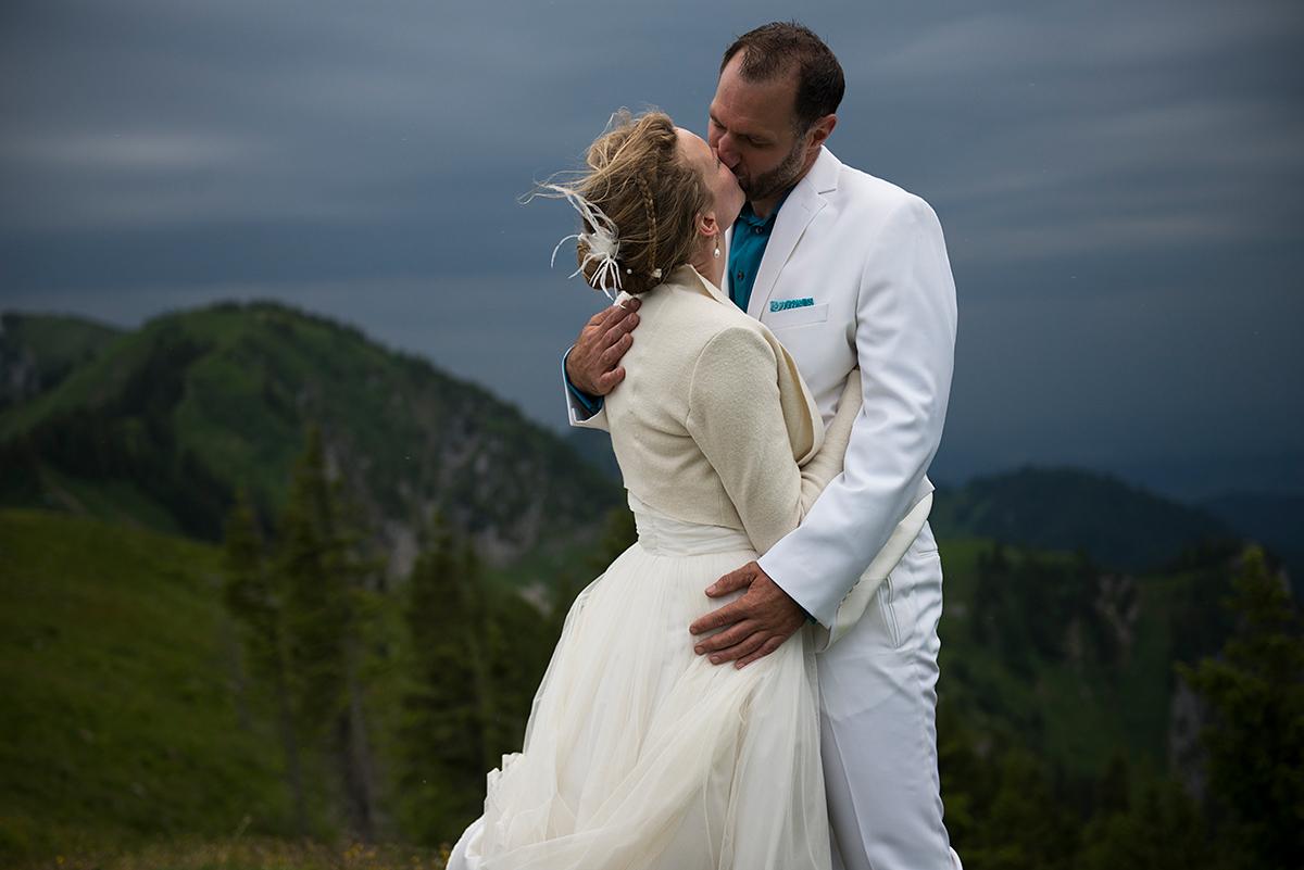 Brautpaar küßt sich auf dem Berggipfel des Braunecks |Felix Krammer Fotografie