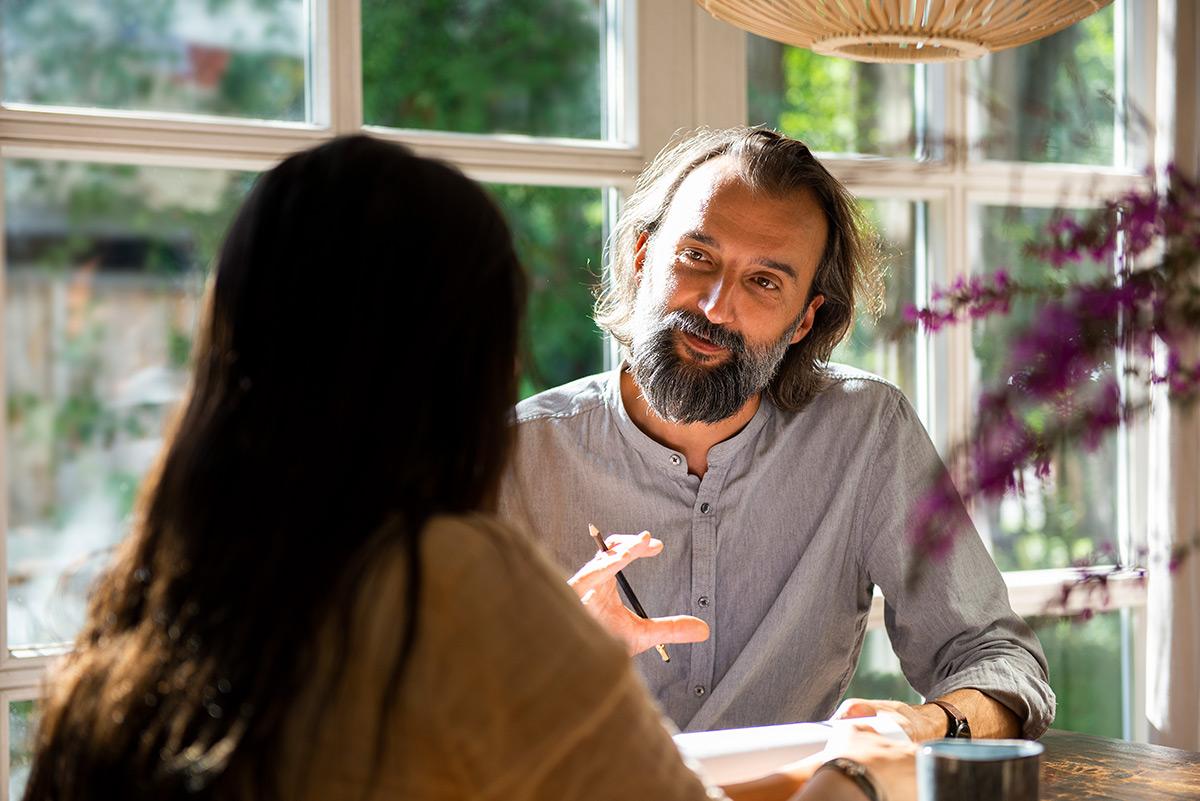 Firmenportait von Martin Svitek im Beratungsgespräch mit einer Patientin. |Felix Krammer Fotografie