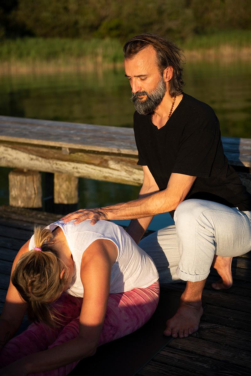 Martin Svitek gibt einen Yogaassists am Starnberger See. |Felix Krammer Fotografie