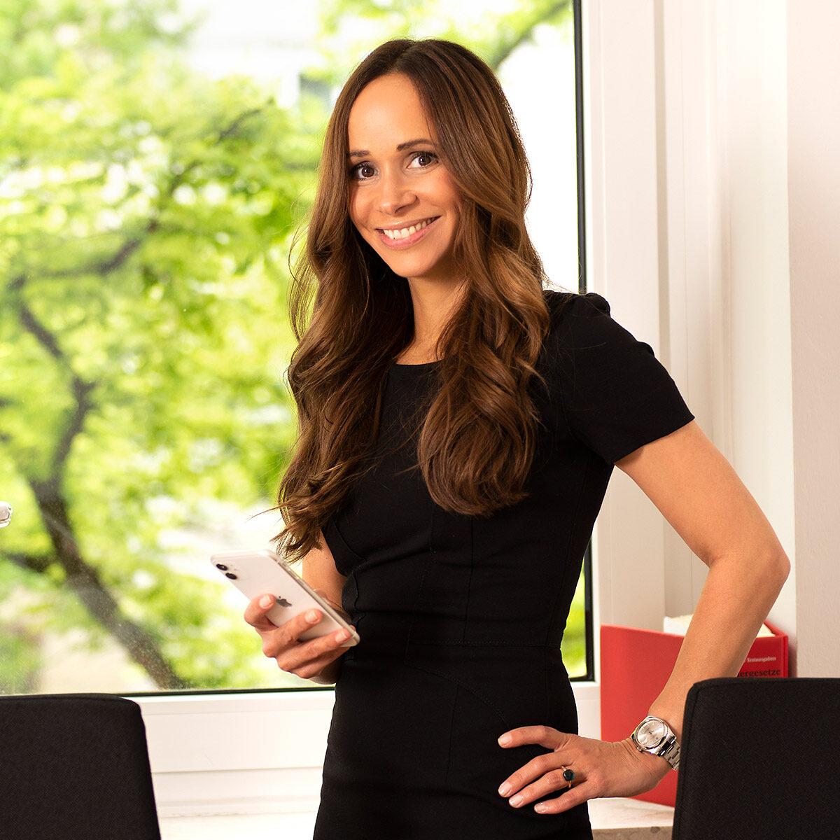 Businessfotografie von Privatax mit Steuerberaterin Jessica Schmidt mit Smartphone |Felix Krammer Fotografie