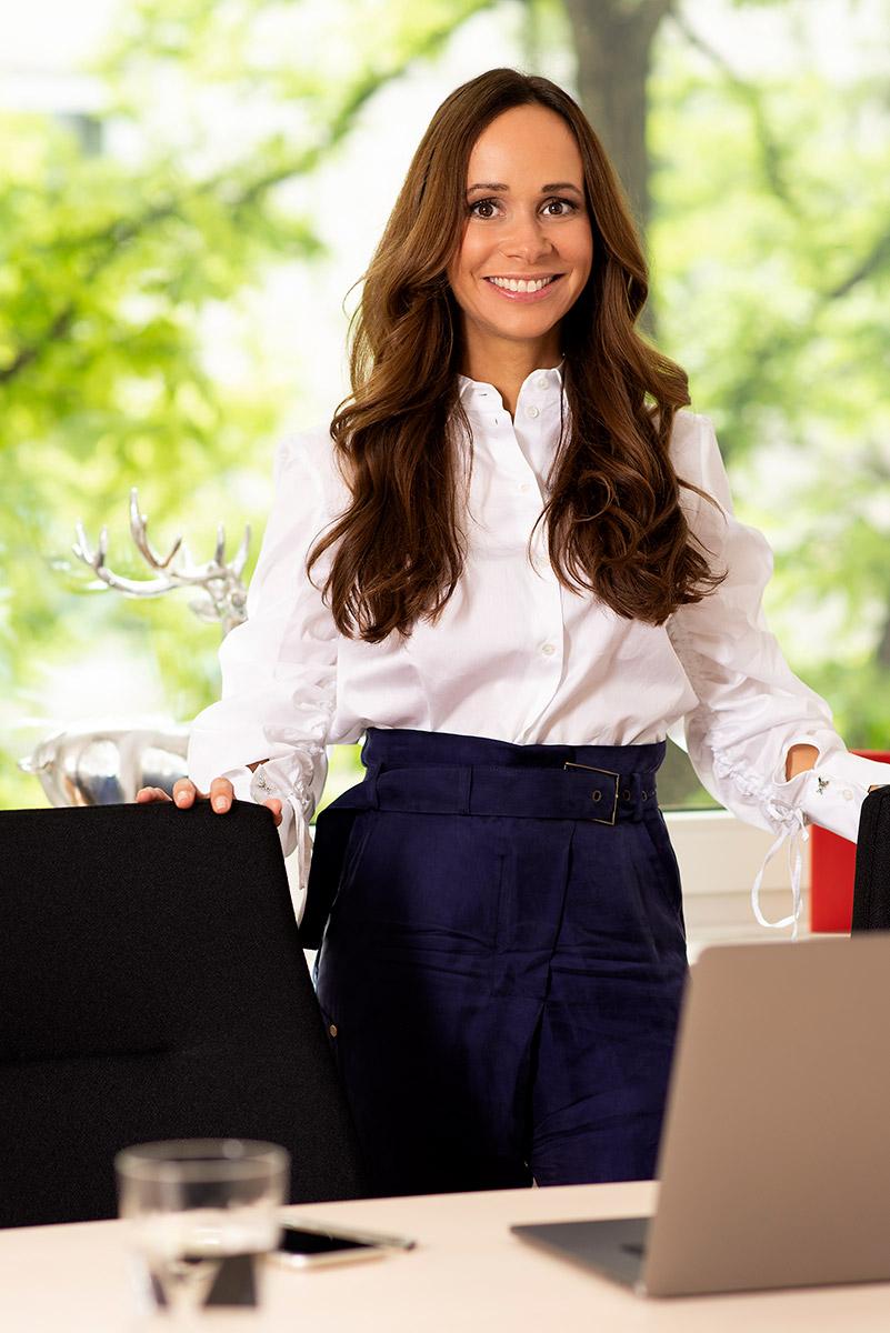 Businessportrait von Steuerberaterin Jessica Schmidt stehend am Konferenztisch |Felix Krammer Fotografie