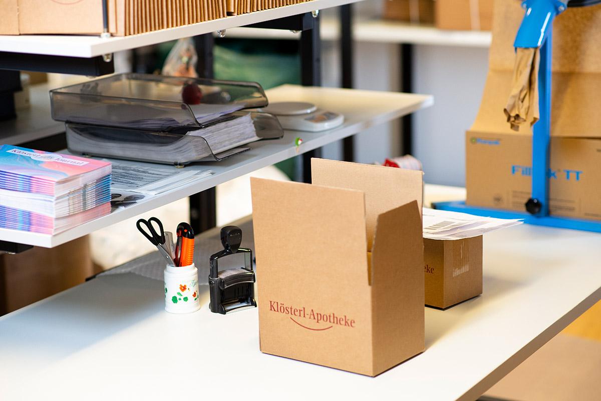 Unternehmensfotografie - Versandstation mit Tisch und Verpackungsmaterial |Felix Krammer Fotografie