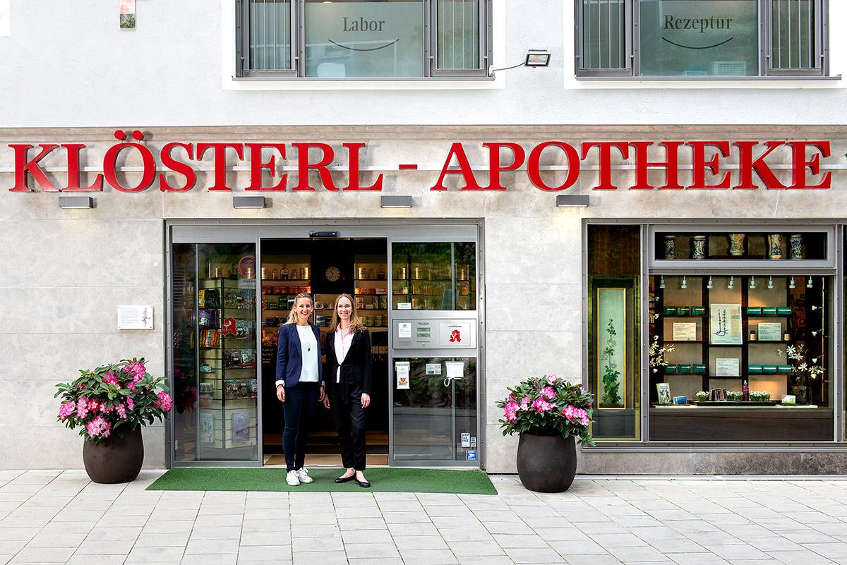 Unternehmensfotografie - Geschäftsführerinnen vor der Klösterl Apotheke |Felix Krammer Fotografie