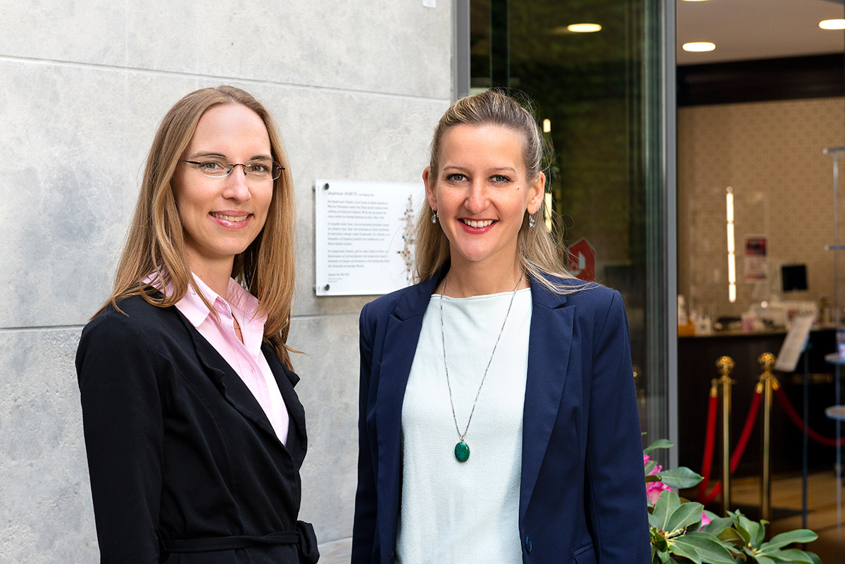 Unternehmensfotografie - Portraitaufnahme der Geschäftsführerinnen der Klösterl Apotheke Frau Josepha Brada-Wallbrecher und Frau Cäcilla Wallbrecher |Felix Krammer Fotografie