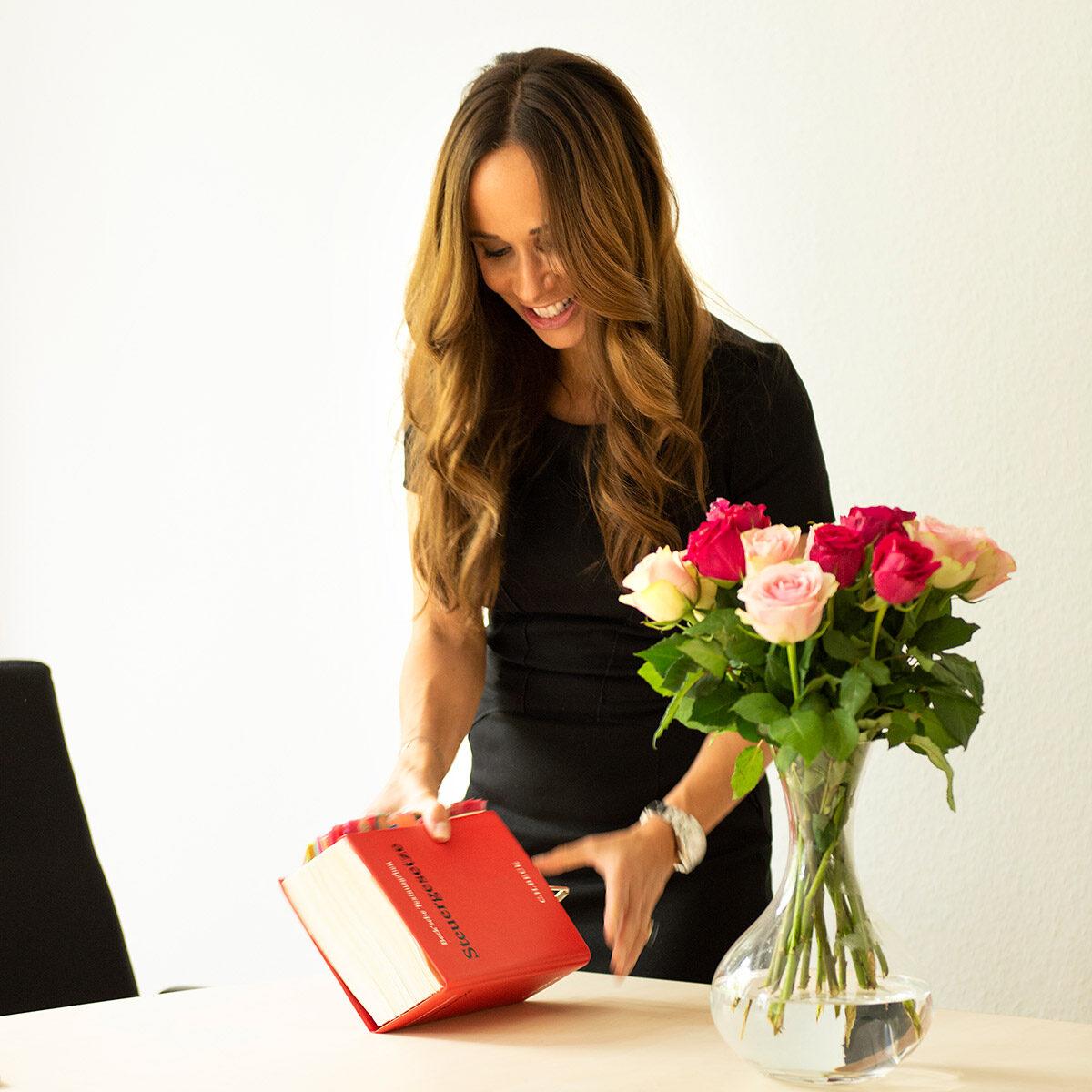 Firmenportrait von Privatax mit Steuerberaterin Jessica Schmidt mit Buch stehend an Konferenztisch |Felix Krammer Fotografie