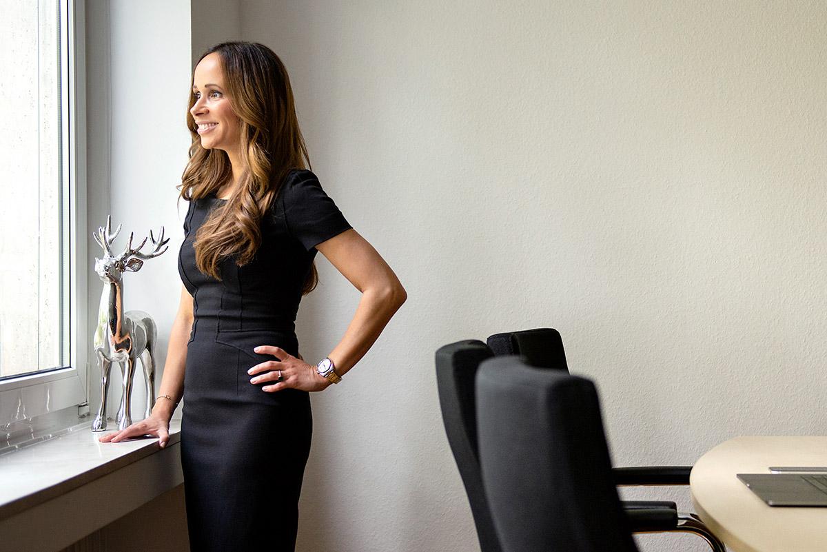 Firmenportrait von Privatax mit Steuerberaterin Jessica Schmidt in Konferenzraum |Felix Krammer Fotografie