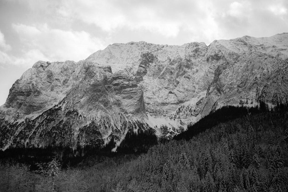 Naturfotografie der Wettersteinwand leicht verschneit |Felix Krammer Fotografie