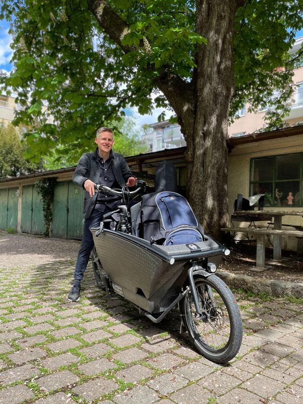 Fotograf Felix Krammer mit Lastenfahrrad. Nachhaltige Fotografie |Felix Krammer Fotografie